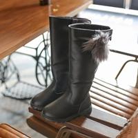 รองเท้าบูทสูงหนังนิ่มแฟชั่นแต่งเข็มกลัดปอมปอม-สีดำ
