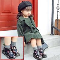 รองเท้าบูทแบบสั้นลายดอกไม้-Breezin-สีดำ