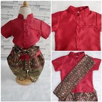 ชุดไทยเด็กชายแขนสั้นพร้อมผ้าพาด-พี่หมื่น-สีแดง